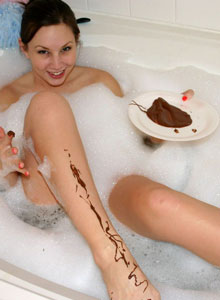 Amy Shows Off Her Cute Painted Toes In A Bubble Bath - Picture 5